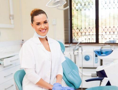 dentista mujer sonriendo periodoncia e implantes monterrey