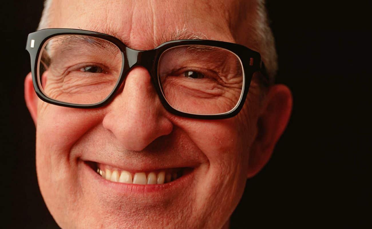 hombre 3a edad con lentes sonriendo periodoncia e implantes monterrey