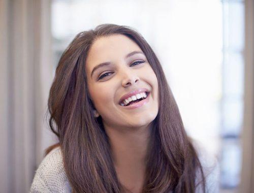 mujer joven sonriendo periodoncia e implantes monterrey